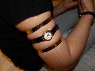 Golden rings and a little tight upper arm watch for Rania