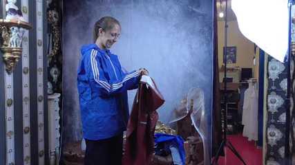 Miss Scarlett gefesselt und streng gekebelt in AGU Regensachen und transparenten Regensache darüber