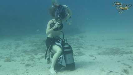ScubaFetish: Underwater-Striptease •Striptease submarino