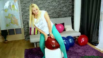 sitpopping in turquoise leggings