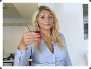 Dralle Tatjana Young lässt sich im Hotelzimmer vögeln